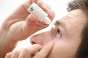 man using eyedrop
